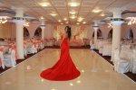 kobieta w czerwonej sukni na sali
